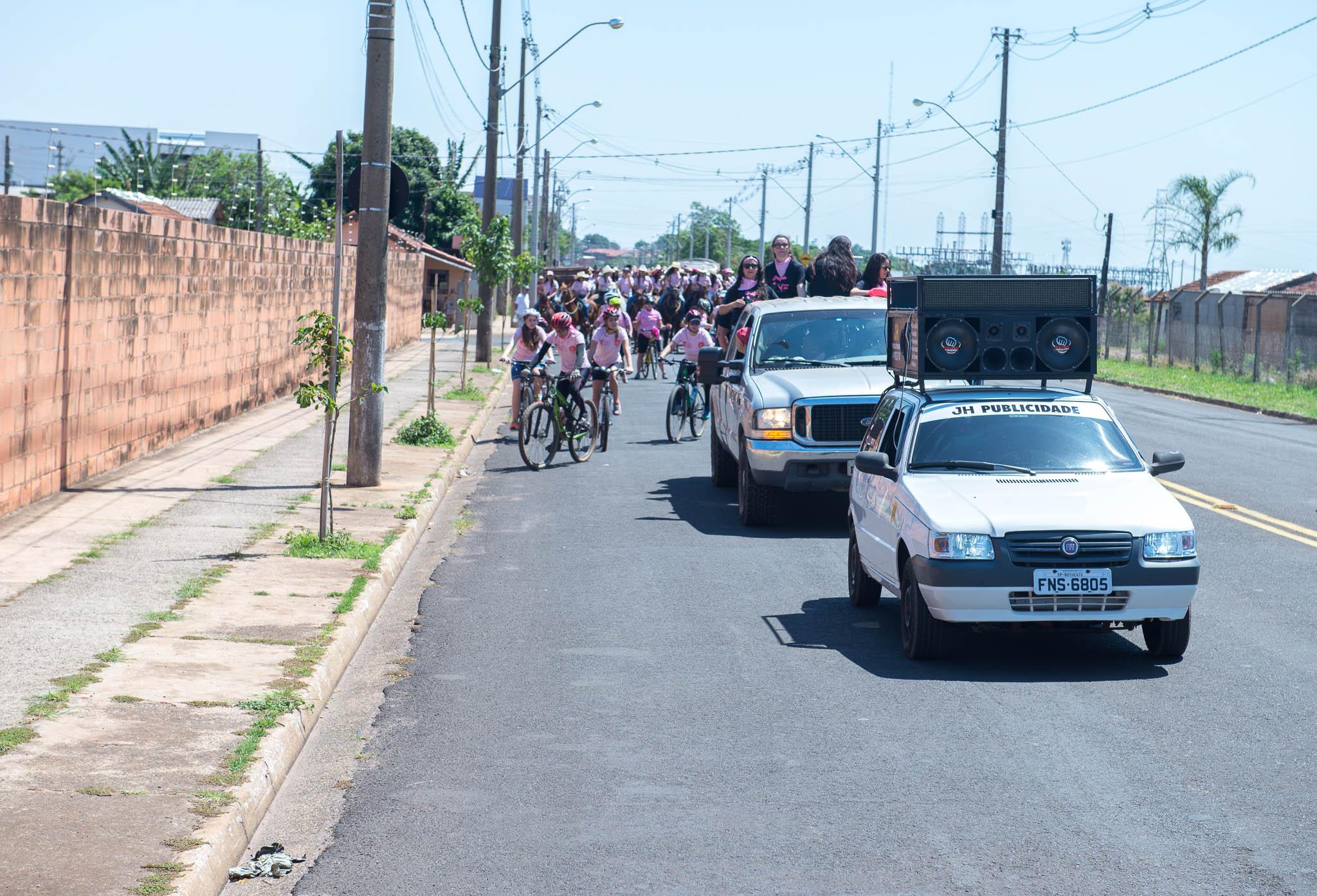 Além das mulheres montadas a cavalo, cerca de 20 participaram do evento de bike