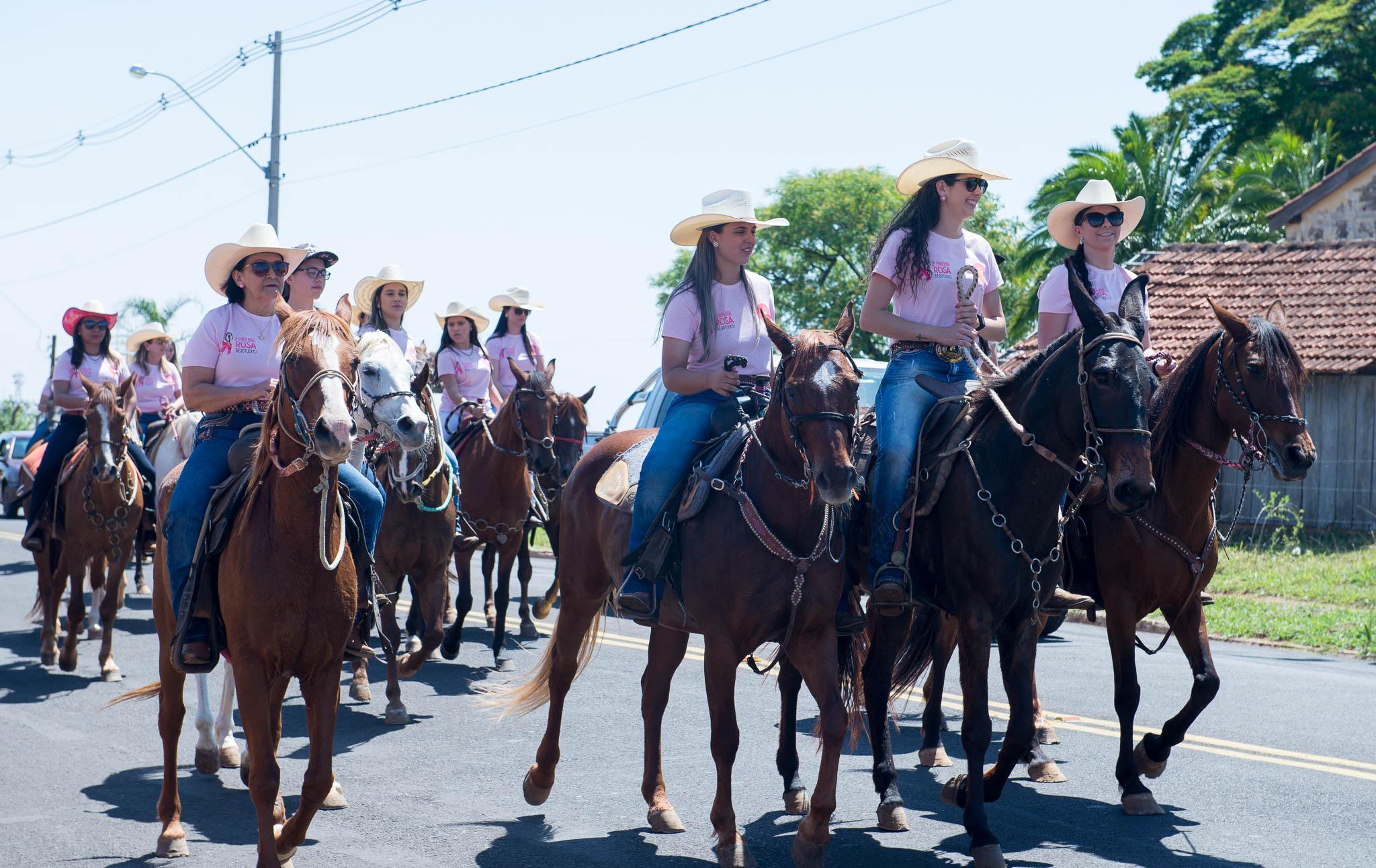 2ª Cavalgada Rosa reúne mais de 120 mulheres em Botucatu