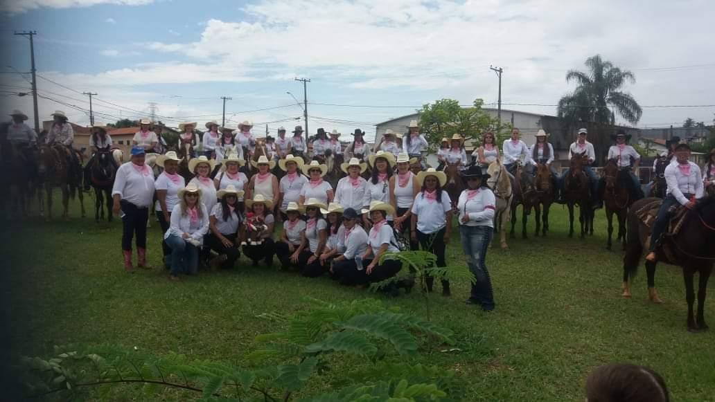 1ª Cavalgada Rosa de Botucatu contou com 90 mulheres montadas