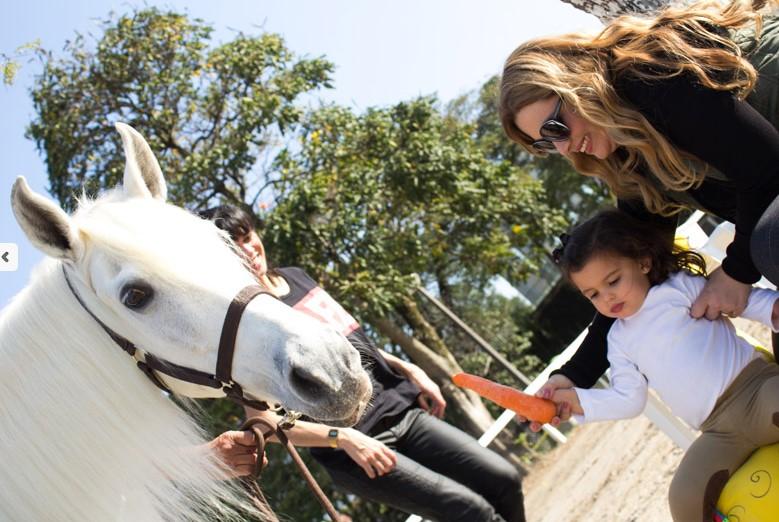 Letícia ministra desde 2005 aulas de equitação lúdica para crianças