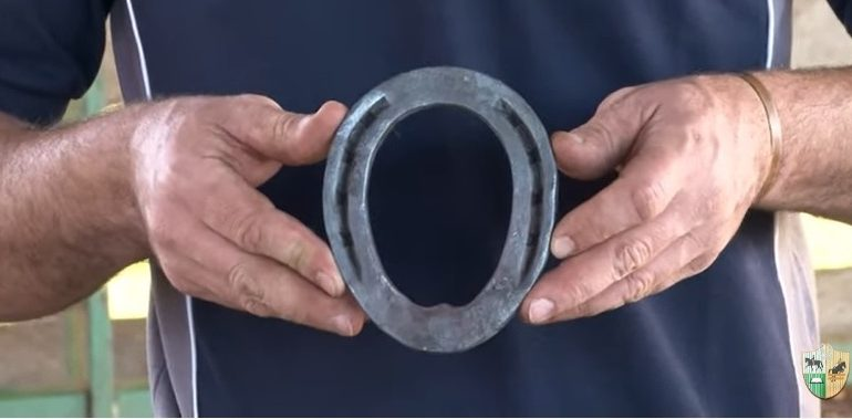 Como moldar uma ferradura oval