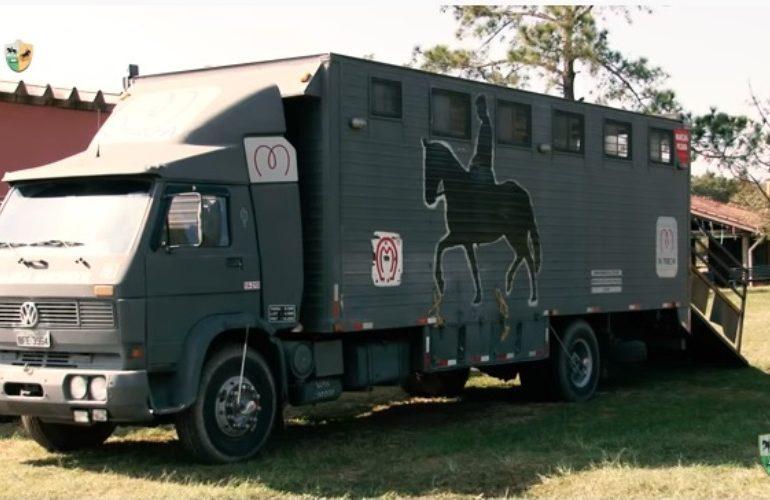 O caminhão para transportar seu cavalo