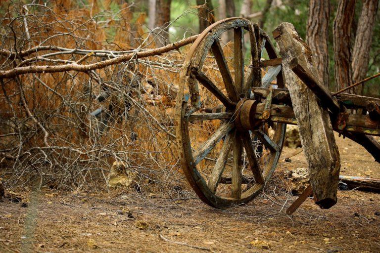 Rústica, a roda de carroça dá aquele 'plus' na decor. Especialmente se o seu estilo for western, do campo ou fazenda. Remete diretamente ao Velho Oeste