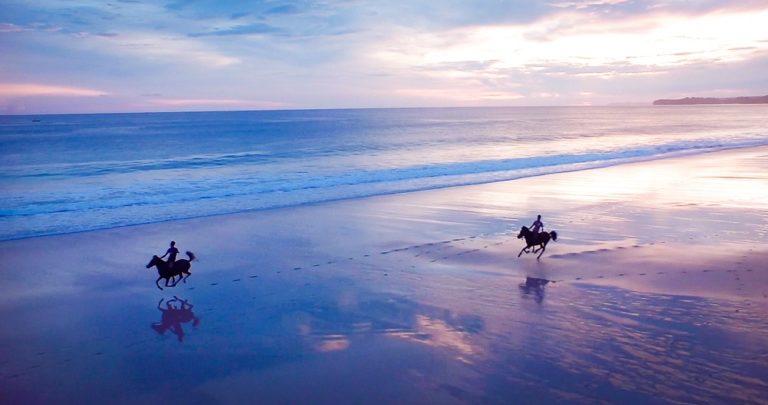 Os encantos da Sandal Island – Indonésia Paulo Junqueira esteve em uma ilha historicamente conhecida como Sandal Island,