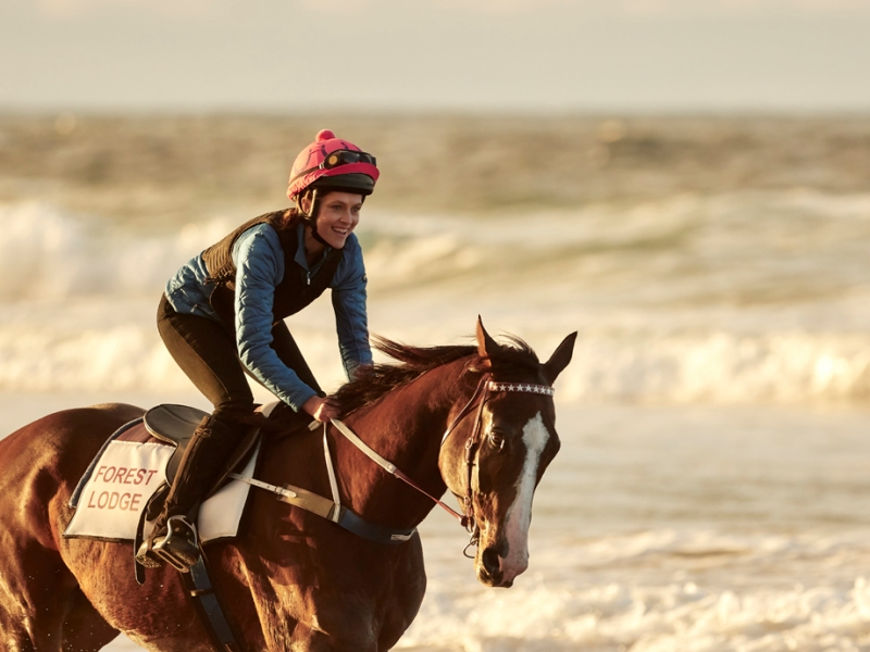 Ride Like A Girl O filme conta a incrível história verdadeira de Michelle Payne, a primeira jóquei feminina a vencer uma importante corrida de cavalos