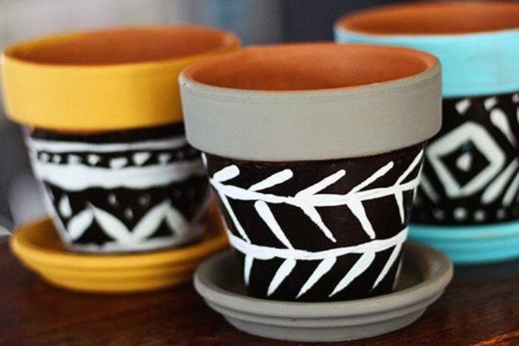 Vasos em cerâmica pintados ao estilo western Está aí algo que pode ser um bom passatempo para sua quarentena