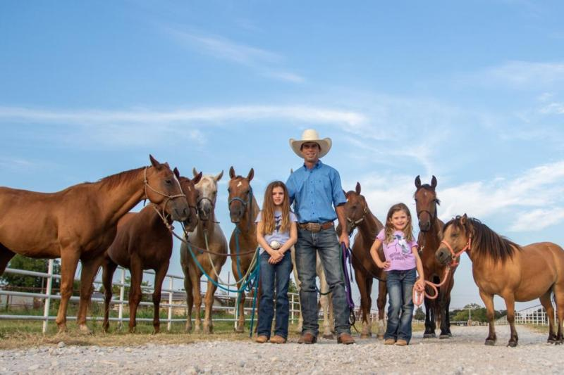 Fabiano Vieira recebe brasileiros em seu rancho no Texas Em um ano, o projeto acolheu pessoas de diversos estados do Brasil