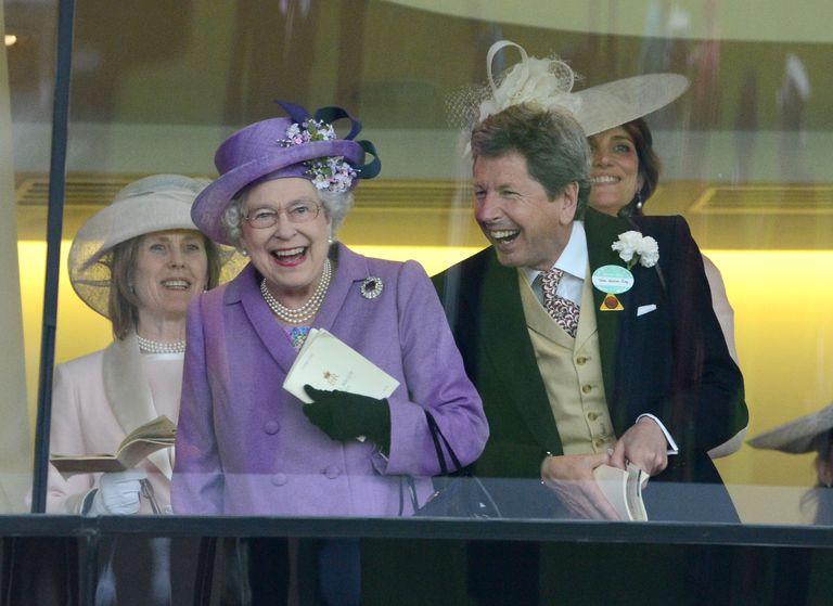 Rainha Elizabeth com seu gerente de corrida John Warren no Royal Ascot em 2013 - Mark Cuthbert-Getty Images