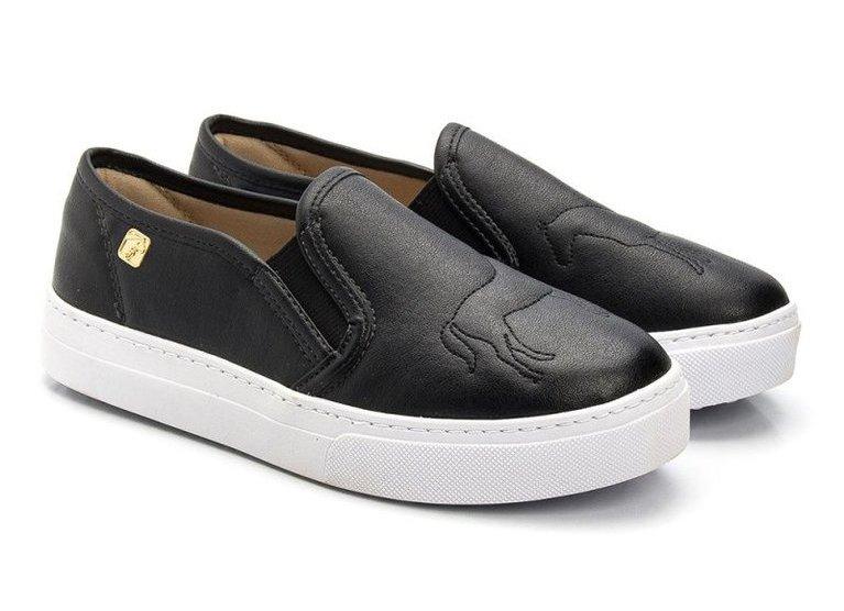Slip On é um calçado versátil para todas as estações Sem dúvida o tênis no modelo Slip On deixou de ser somente um calçado esportivo e informal para tornar-se o primeiro a ser lembrado na hora de compor um look