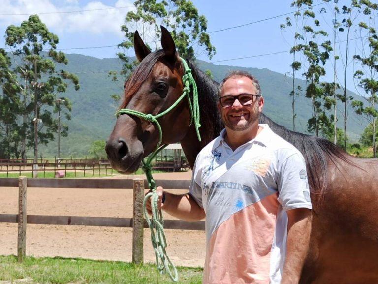 Entre todas as suas frentes de trabalho, o médico veterinário Helio Itapema contribui bastante para a regulamentação das provas e com o Bem-Estar Animal