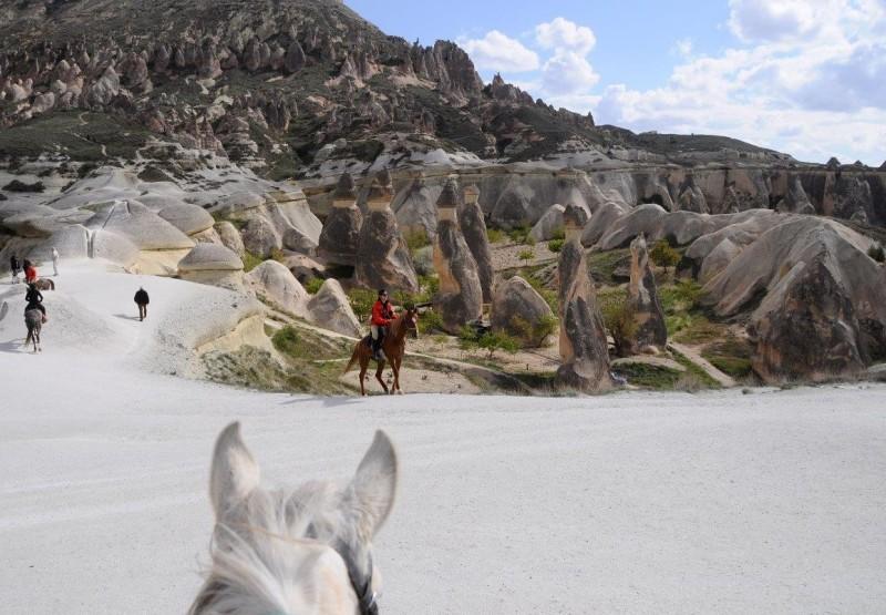 Paulo Junqueira, do Cavalgadas Brasil, e Gloria Schöenburg, contam sobre a viagem a a cavalo feita pela agência a Capadócia
