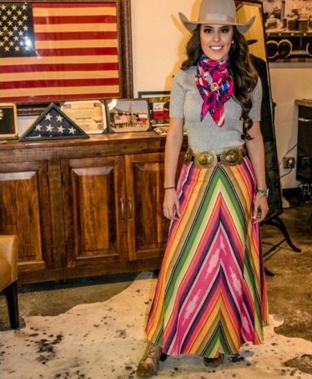 Wild Rag é democrática e estilosa em qualquer look. Que cowgirl hoje não gosta de acrescentar o charme de uma bandana bem estilosa ao look?