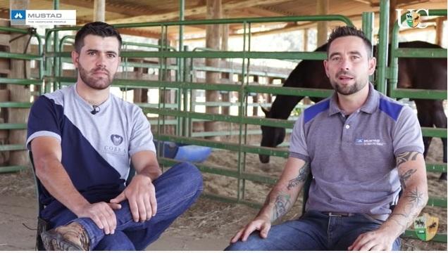 Danilo Gabrilaitis, profissional com experiência, troca uma ideia com Eduardo Vieira, ferrador em começo de carreira