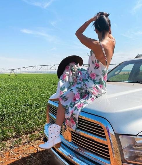 A primavera se aproxima e o country se transforma, então, deixando a cowgirl com um look bem romântico; a moda pede leveza e flores.