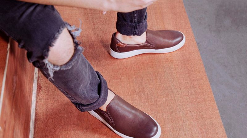 Assim, o Slip On masculino é o tênis masculino casual sem cadarços, também conhecido como tênis iate ou slipper; casual e charmoso