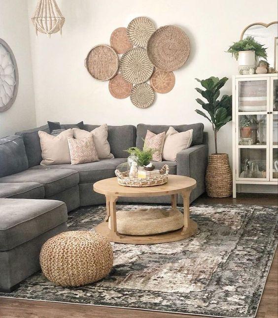A tendência de decoração de parede com cestas é, definitivamente, algo que encanta; e se elas forem cestas de palha ou vime? charmoso, né?