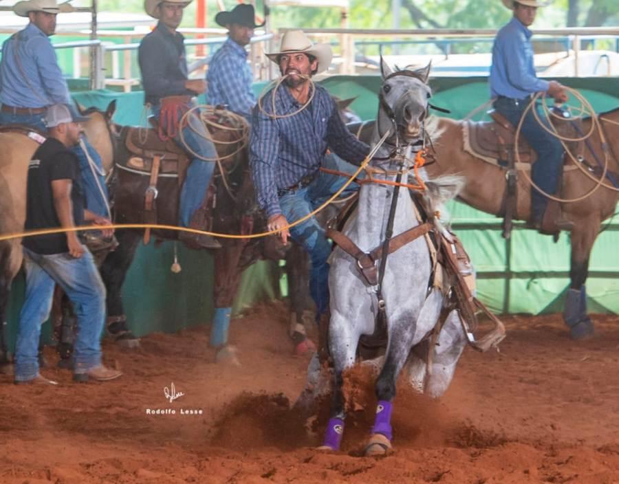 Régis Alcântara diz: um momento marcante foi vencer em um cavalo que treinei. Passa um filme na cabeça de toda dedicação. É gratificante