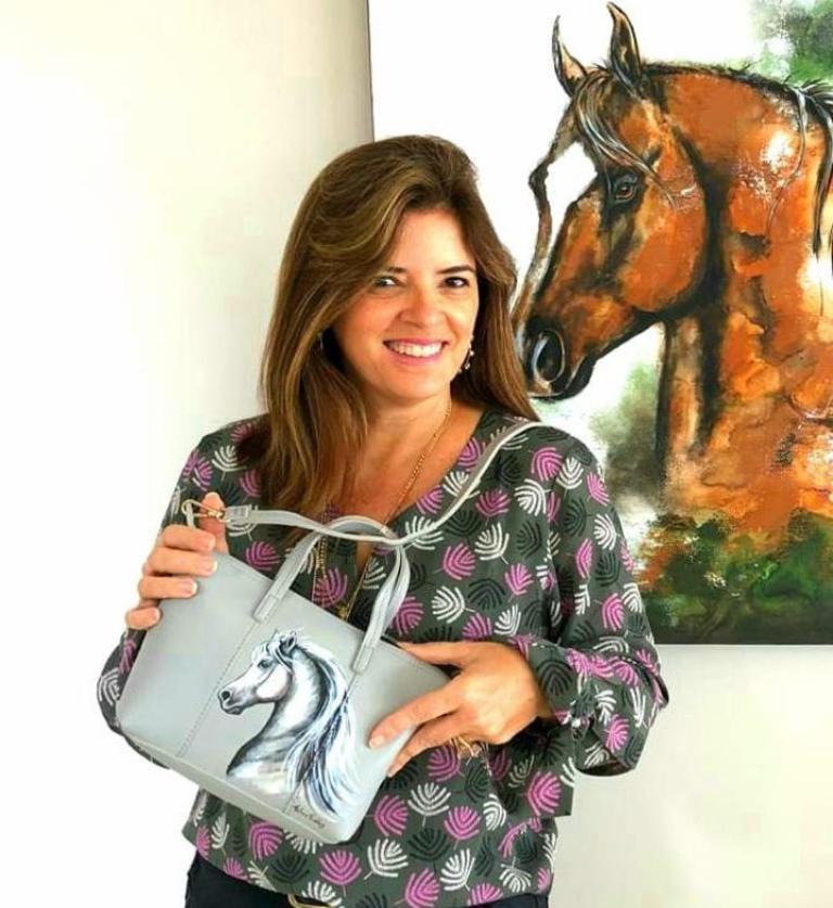 Thelma Ferraz fez de duas de suas paixões a sua profissão; ela realiza trabalhos exclusivos e personalizados em telas e produtos utilitários