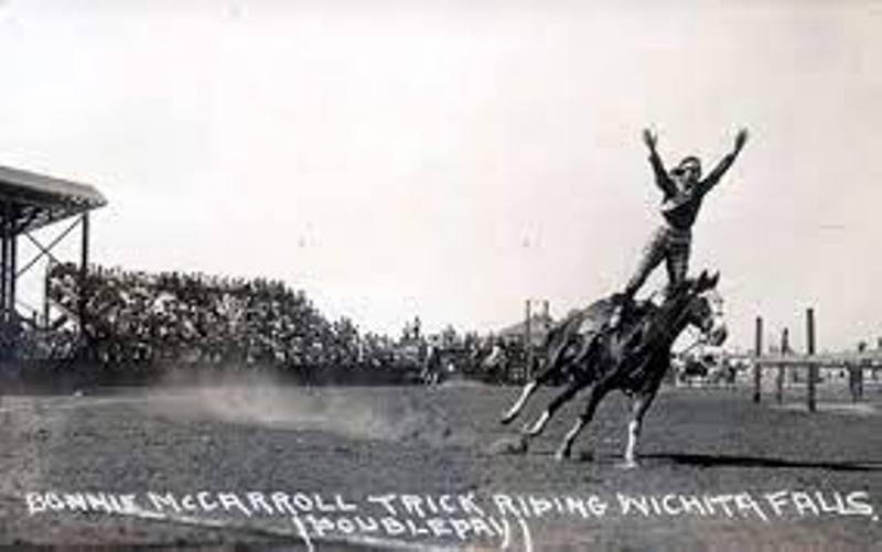 Em 1929, Bonnie McCarroll era uma cowgirl superstar que morreu após um acidente durante uma montaria na arena de Pendleton; isso mudou tudo
