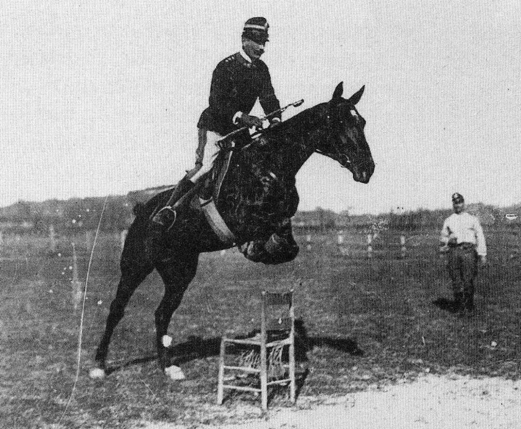 Hipismo: o primeiro tratado de que se tem notícia sobre o adestramento de cavalos para fins militares remonta a 1.360 a.C; assim nasceu