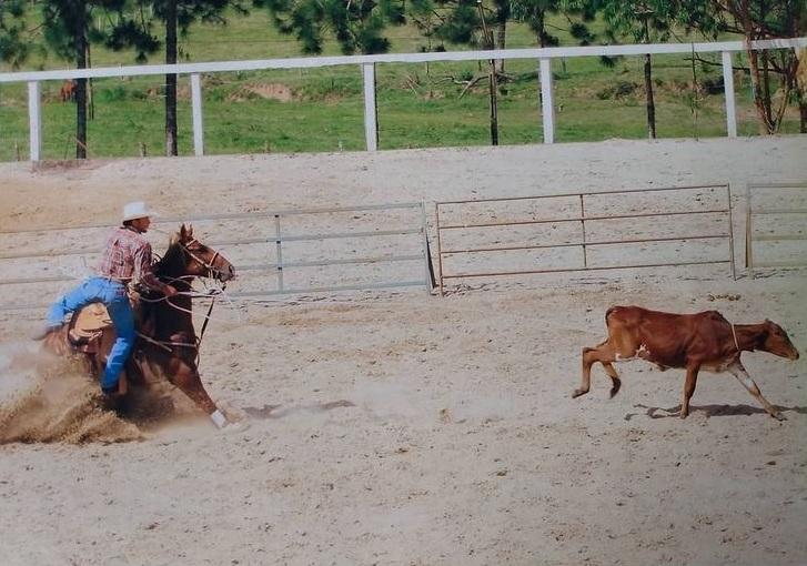 Carioca, o treinador hoje se estabeleceu em Leme/SP, onde treina cavalos de laço e dá cursos de Laço Individual e Breakaway Roping