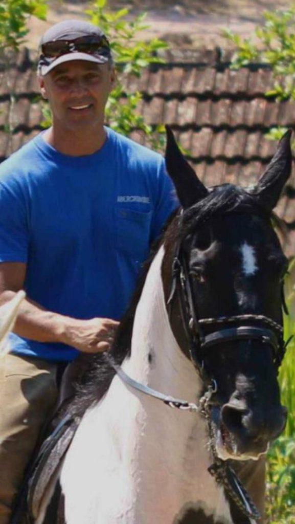 Fisioterapeuta e ex-jogador de vôlei, trabalhar com cavalos é a realização de Fernando com hipoterapia atendendo pacientes de todas as idades