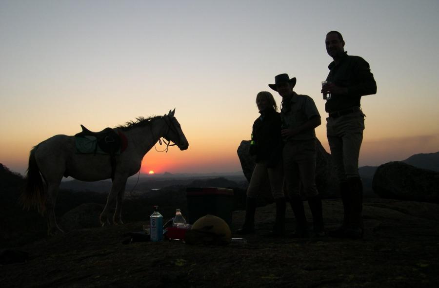 Paulo Junqueira conta nesse artigo uma aventura e tanto com direito a dados históricos, bat cave, cavalgadas em montanhas do Zimbábue