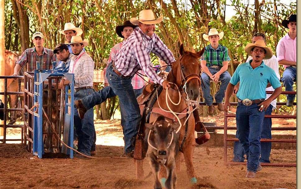 Apaixonado por cavalos desde pequeno, Valter Firmino de Holanda fez um curso de Três Tambores e no mesmo dia conheceu o Laço; até hoje