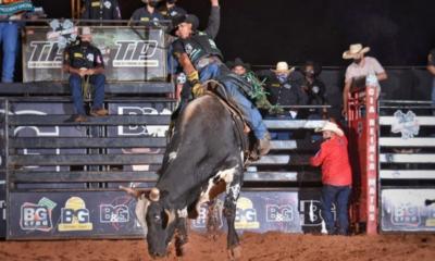 Ekip Rozeta realiza competição durante 'Live Rodeio Show'