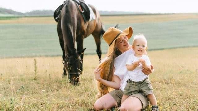 Mamães do cavalo contam como voltar ao trabalho depois do bebê 01 depositphotos